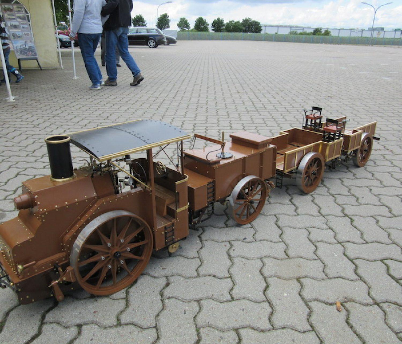 Freibahnzug mit zwei einachsigen Anhängewagen